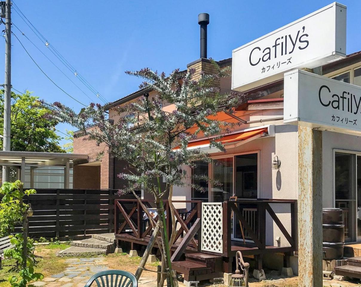 福井市加茂緑苑町に暖炉とテラスのあるお店「カフィリーズ」が明日移転グランドオープンのようです。