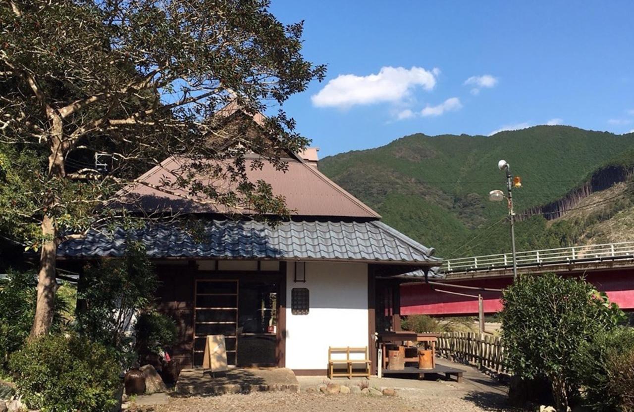 お店の横には富田川...和歌山県田辺市中辺路町真砂の『ねむの木食堂』