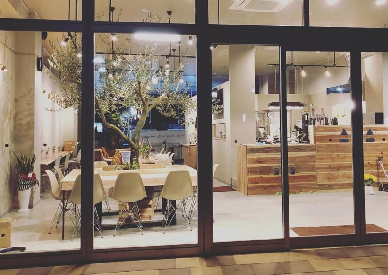 長崎県諫早市栄町アエルイーストにトミーズ新店舗「ベースカフェ」が明日オープンされるようです。