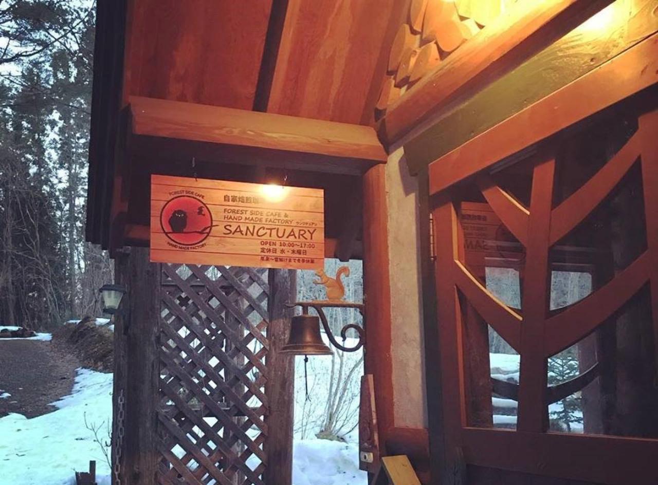 喧騒から離れた森カフェ...岩手県奥州市衣川鷹の巣に『フォレストサイドカフェサンクチュアリ』オープン
