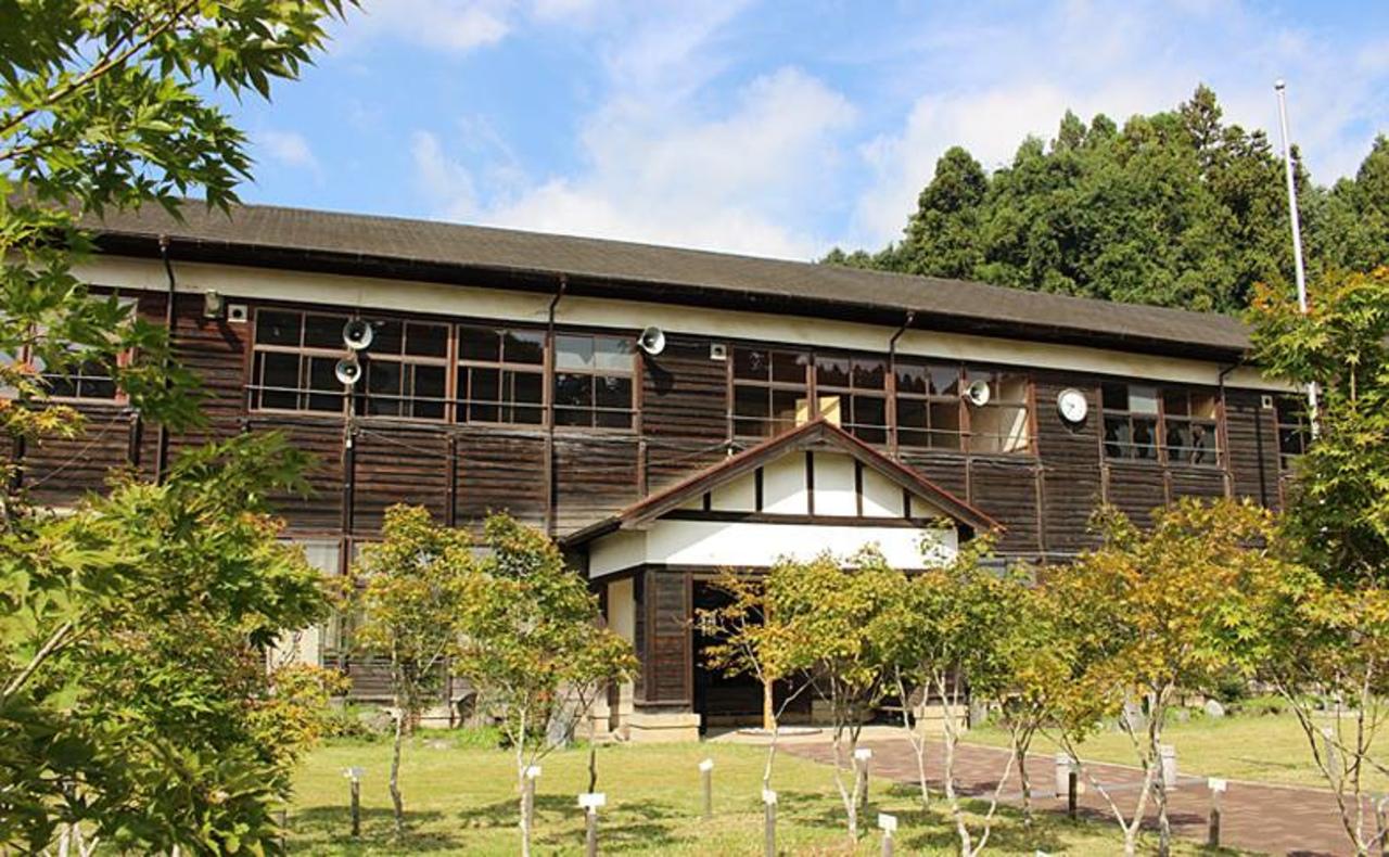 カエデと木造校舎とカフェ...奈良県宇陀市菟田野古市場の「奈良カエデの郷ひらら」