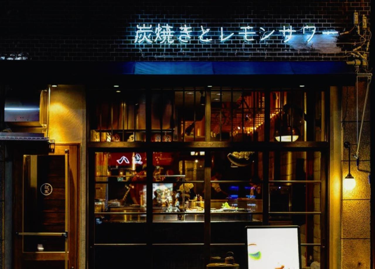 炭焼きとレモンサワー...愛知県の名鉄東岡崎駅近くに「炭と檸檬 白黒」グランドオープン