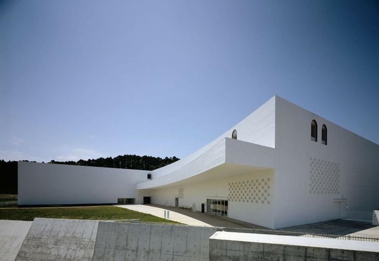三内丸山遺跡と一体化したデザイン...青森県青森市大字安田近野の「青森県立美術館」
