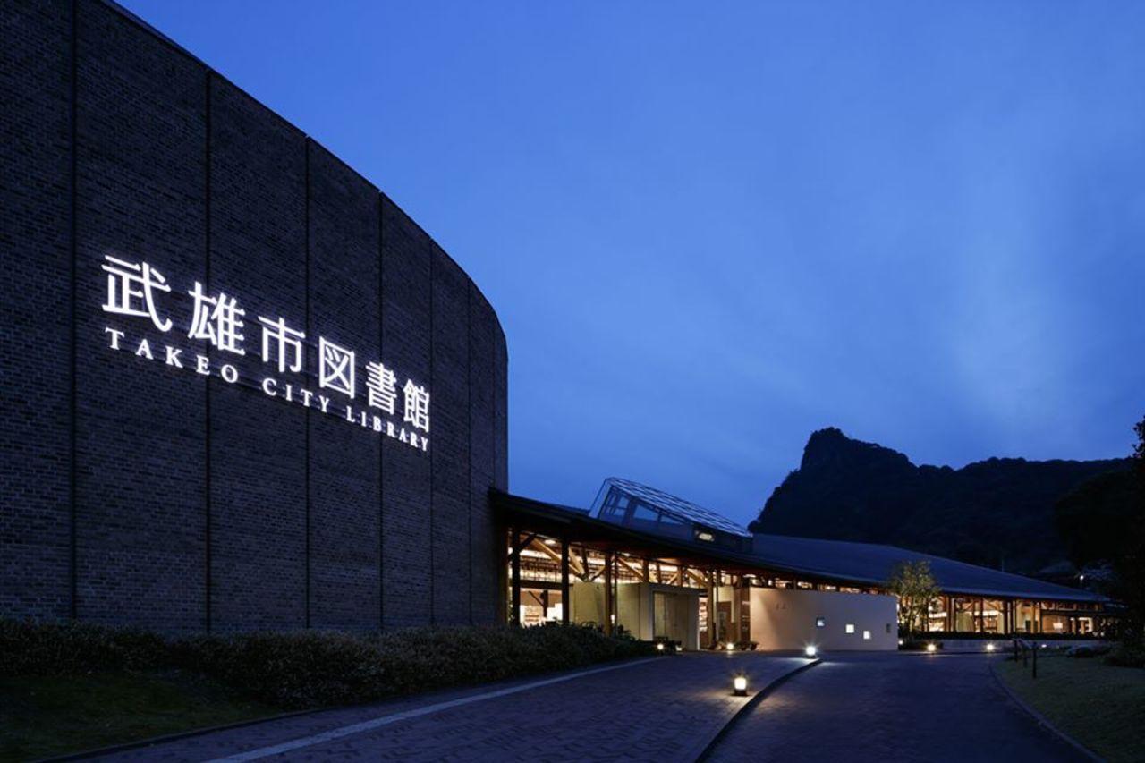 カフェ併設のお洒落な図書館...佐賀県武雄市の「武雄市図書館/武雄市こども図書館」