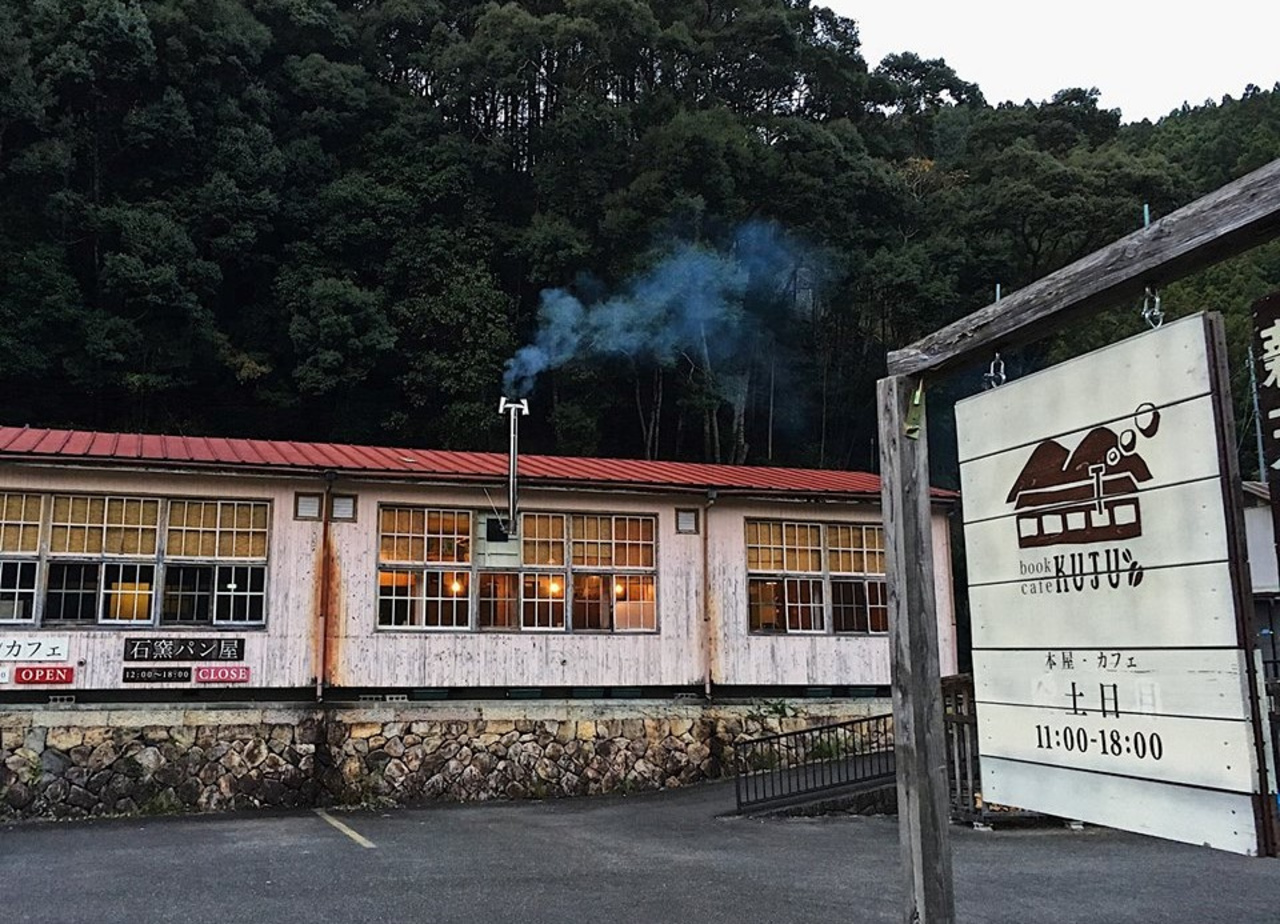 カフェと本屋とパン屋...和歌山県新宮市の旧九重小学校を改修した『ブックカフェ クジュウ』