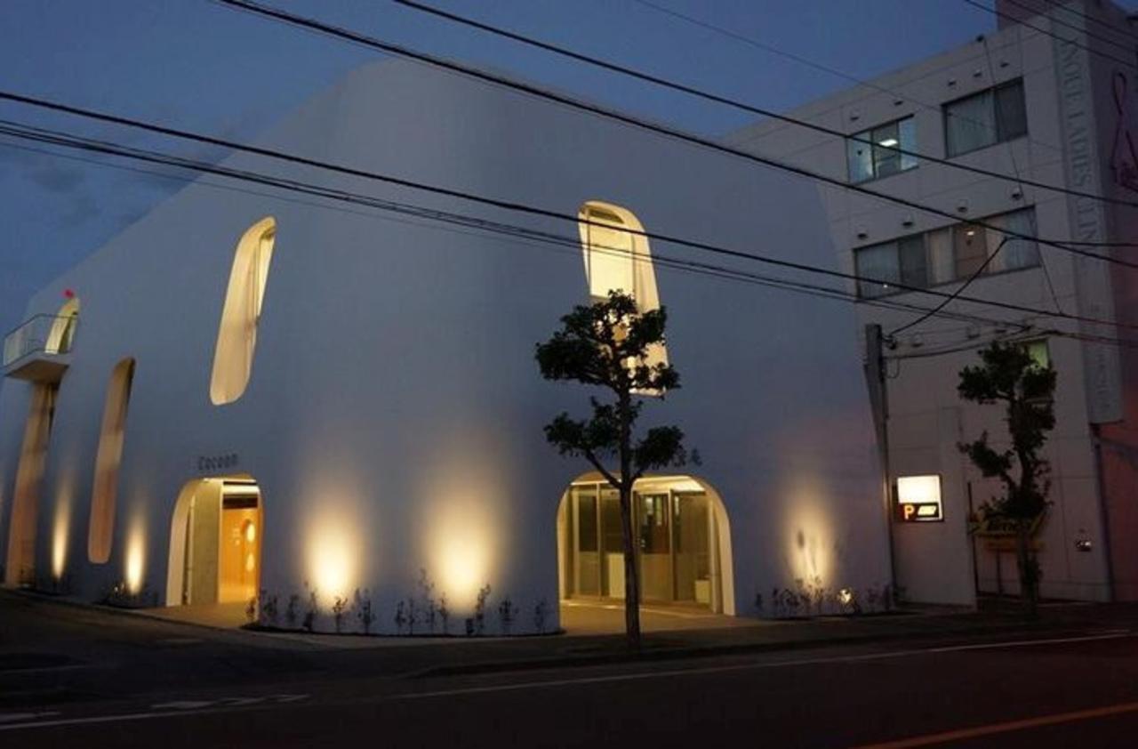 白いまゆ型のビル...立川市富士見町に街カフェ『コクーン』プレオープン