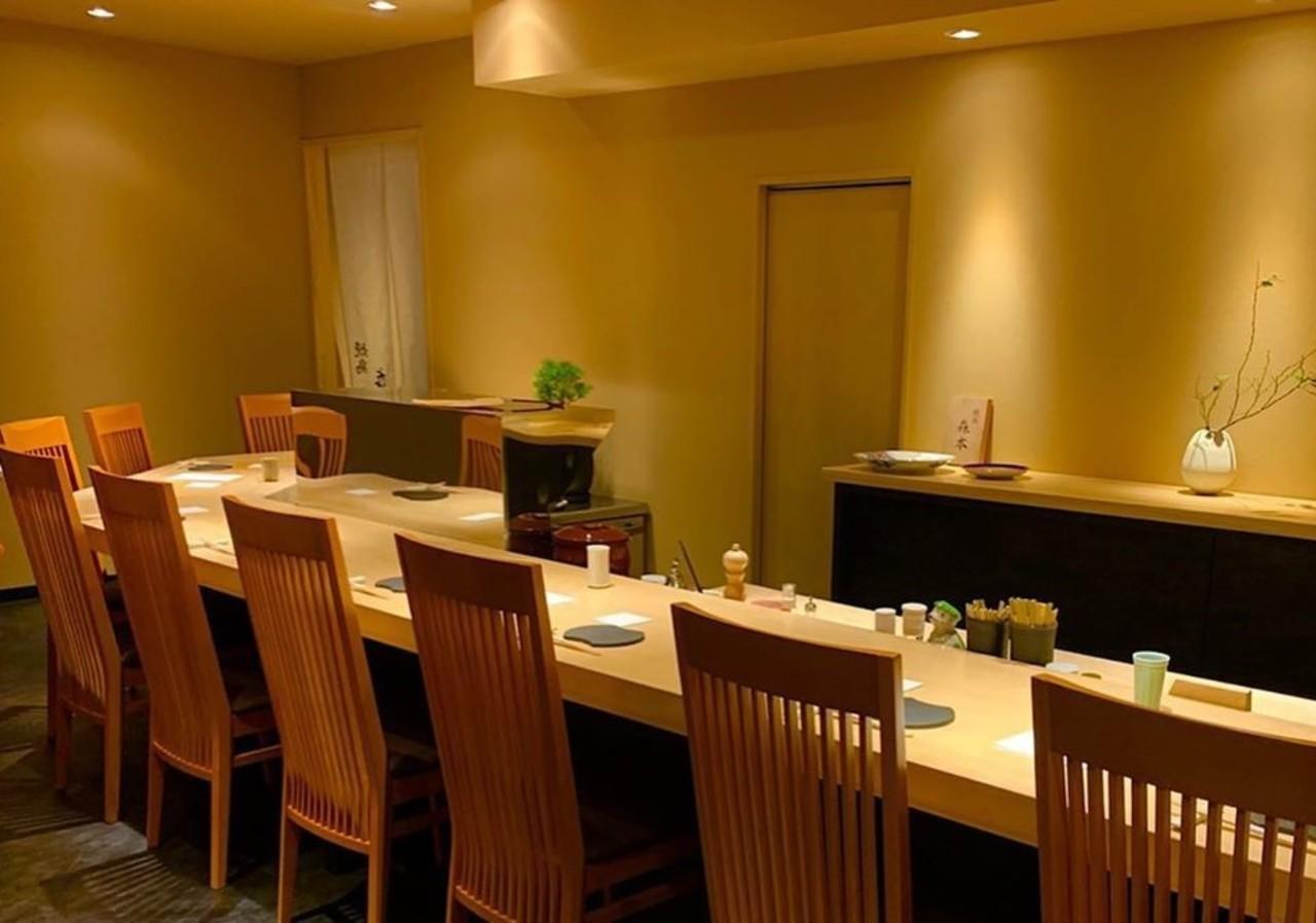 銀杏のカウンター10席...福岡市中央区春吉パノラマスクエア博多2Fの「焼鳥 森本」