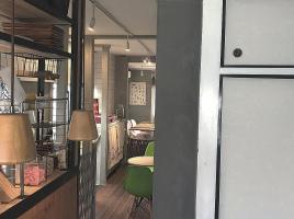 2階にあるグレーの壁が印象的なカフェ。。大阪市北区中崎西3丁目の『スピアカフェ』