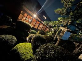 奈良の古民家レストラン「ココチキッチン奈良狐井」夜の庭園。。