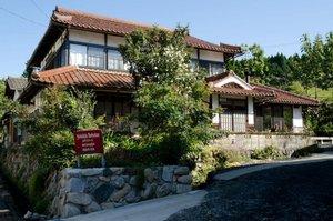岡山県英田郡西粟倉村の宿泊施設『軒下図書館B&B』