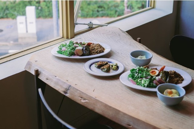 "<div>日々の暮らしにカレーなる体験を</div> <div>「YAOKICHI Sen」10月14日オープン!</div> <div>健康的でニュースタイルなカレースタンド。</div> <div>八百屋から仕入れた旬の新鮮な野菜がたっぷり入った、</div> <div>辛くないのにスパイシーなカレーを提供。。</div> <div>https://tabelog.com/aichi/A2301/A230101/23079097/</div> <div>https://www.instagram.com/yaokichi.n/</div> <div> <blockquote class=""twitter-tweet""> <p lang=""ja"" dir=""ltr"">「Yaokichi Sen プレオープン」<br /><br />Yaokichi Senは、明日18時からプレオープンします。<br /><br />名古屋駅にてお待ちしております!!!<br /><br />—<br />Yaokichi Sen<br />pre-open<br />10.13 (wed) 18:00-<br />¥2,000(curry & drink) <a href=""https://t.co/Q7QKY3gQh6"">pic.twitter.com/Q7QKY3gQh6</a></p> — 八O吉 (@yaokichi_curry) <a href=""https://twitter.com/yaokichi_curry/status/1447881872646696960?ref_src=twsrc%5Etfw"">October 12, 2021</a></blockquote> <script async="""" src=""https://platform.twitter.com/widgets.js"" charset=""utf-8""></script> </div> <div> <blockquote class=""twitter-tweet""> <p lang=""und"" dir=""ltr""><a href=""https://t.co/IWB7sbZyVN"">pic.twitter.com/IWB7sbZyVN</a></p> — 八O吉 (@yaokichi_curry) <a href=""https://twitter.com/yaokichi_curry/status/1448189495895941125?ref_src=twsrc%5Etfw"">October 13, 2021</a></blockquote> </div> <div class=""news_area is_type01""> <div class=""thumnail""><a href=""https://tabelog.com/aichi/A2301/A230101/23079097/""> <div class=""text""> <h3 class=""sitetitle"">YAOKICHI Sen (近鉄名古屋/カレーライス)</h3> <p class=""description""></p> </div> </a></div> </div> ()"