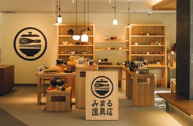 "<div>『MIMARU SUITES 京都四条』</div> <div>京都の目利きが集めた暮らしの道具を自由に使える</div> <div>全室スイートタイプの新しいスタイルのアパートメントホテル。</div> <div>京都市下京区烏丸通松原上る東側因幡堂町717番1</div> <div>https://www.instagram.com/mimaruhotels/</div> <div><iframe src=""https://www.facebook.com/plugins/post.php?href=https%3A%2F%2Fwww.facebook.com%2Fmimaruhotels%2Fposts%2F1210850622727686&show_text=true&width=500"" width=""500"" height=""727"" style=""border: none; overflow: hidden;"" scrolling=""no"" frameborder=""0"" allowfullscreen=""true"" allow=""autoplay; clipboard-write; encrypted-media; picture-in-picture; web-share""></iframe></div> ()"