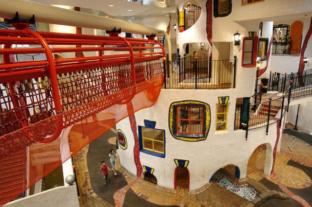 """<p>「キッズプラザ大阪」</p> <p>日本ではじめての本格的なこどものための博物館。</p> <p>こどもたちが楽しい遊びや体験を通じて学び、創造性を培い、</p> <p>可能性や個性を伸ばすことを基本理念に、1997年7月に誕生...</p> <p>http://bit.ly/2QBaJCX</p><div class=""""news_area is_type01""""><div class=""""thumnail""""><a href=""""http://bit.ly/2QBaJCX""""><div class=""""image""""><img src=""""https://pbs.twimg.com/media/DFyJCHyU0AAFdwH.jpg:large""""></div><div class=""""text""""><h3 class=""""sitetitle"""">こどものための博物館 キッズプラザ大阪 on Twitter</h3><p class=""""description"""">""""今日もキッズは17時まで営業しています!(入館は16:15まで) 夏の特別企画も実施中!ぜひ遊びに来てくださいね! 8/1(火)から27(日)までは開館時間を延長して、19時まで開館しますよ! #キッズプラザ #大阪 #夏休み #20周年 #金曜日 #プレミアムフライデー""""</p></div></a></div></div> ()"""