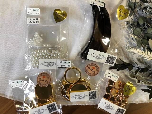 """<p>こんにちは。ココチザッカです😊<br />作家『JeweL HimawaRi』様をご紹介します。<br />リボンやパーツの資材を販売してくださってます♡<br />リボンクリップやキッズアクセサリーも可愛いです🎀<br />https://www.instagram.com/jewel_himawari/</p> <p></p> <p>ココチ雑貨インスタライブの動画(R2.8/1)<br />https://www.instagram.com/p/CDU89aOn76Z/</p> <p><br />レジにて無料ラッピングも承っております、お気軽にお声がけください!<br />また、プレゼント選びに悩まれている方は、スタッフにお声がけください。<br />お好みを聞いて、プレゼント選びのお手伝いをさせて頂きます。<br />お取り置き、全国郵送も可能です。クリックポストで送料188円。<br />お問い合わせは、メールまたはお電話で受け付けております。</p> <p><br /><strong>cocochizakka</strong> 奈良県香芝市狐井613 2階 ・・・・・・・<br />open:10:00-17:00 close:日曜.木曜.第三水曜日<br /><strong>☎0745-44-8275</strong> mail:cocochizakka@gmail.com<br /><a href=""""https://www.instagram.com/cocochizakka/"""">Instagram</a><a href=""""https://www.facebook.com/cocochizakka613/"""">Facebook</a><a href=""""/cocochizakka"""">PRtree</a><a href=""""https://cocochizakka.jimdofree.com/"""">HP</a><br />近鉄五位堂駅より徒歩10分 敷地内に20台以上駐車可<br /><br /><strong>ココチキッチン奈良狐井</strong> 奈良県香芝市狐井613 1階 ・・・・・・・<br />open:11:00-14:30 17:30-21:30 close:木曜.第三水曜日<br /><strong>☎</strong><strong>0745-44-8275 ※完全予約制<br /></strong><a href=""""https://www.instagram.com/cocochikitchen/"""">Instagram</a><a href=""""https://twitter.com/cocochikitchen"""">twitter</a><a href=""""https://www.facebook.com/cocochi.kitchen/"""">Facebook</a><a href=""""/cocochikitchen"""">PRtree</a><a href=""""http://www.cocochi-kitchen.com/"""">HP</a><br /><br />🍝ランチご予約フォーム ☞ https://bit.ly/37LSktG<br />※ランチは11時~と13時~の二部制営業になります。<br />前々日(定休日除く)午前中迄のご予約でご利用下さい。<br />前々日(定休日除く)午後以降のご予約はお電話のみの受付になります。<br /><br />🍖ディナーご予約フォーム ☞ https://bit.ly/37LSktG<br />※ディナーは前々日(定休日除く)午前中迄にご予約願います。<br /><br />ココチキッチンメニュー ☞ http://bit.ly/2Lub1cd<br /><br /><a href=""""https://bit.ly/2VkdWrd"""">近鉄五位堂駅からの動画</a> <a href=""""https://bit.ly/2wBiy48"""">近鉄下田駅からの動画</a></p> <div class=""""image"""" style=""""display: inline !important;""""><img src=""""/sv_image/w640h640/vf/K1/vfK135sFmv9tFVVs.jpg"""" /></div> <div class=""""news_area is_type01""""> <div class=""""thumnail""""><a href=""""https://www.instagram.com/p/B9Ghan-pUVe/""""> <div class=""""text""""> <h3 class=""""sitetitle"""">cocochikitchen ココチキッチン奈良狐井's Ins"""