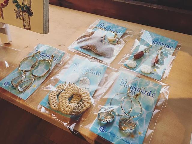 """<p>こんにちは。ココチザッカです。</p> <p>新しい作家『Magumade』様をご紹介します。</p> <p>沖縄から、ビーチスタイルにピッタリなアクセサリーが届きました♡</p> <p>お子様用のイヤリングも可愛いですよ☺️</p> <p>是非、手に取ってご覧ください。お取り置き、郵送も可能です。</p> <p>お問い合わせは、メールまたはお電話で受け付けております。</p> <p>本日も素敵なハンドメイド作品と共に皆様のご来店をお待ちしております。</p> <p>http://bit.ly/2Vju1vo</p><div class=""""news_area is_type02""""><div class=""""thumnail""""><a href=""""http://bit.ly/2Vju1vo""""><div class=""""image""""><img src=""""https://prtree.jp/sv_image/w300h300/e0/xx/e0xxGPWJrMqKJ60S.jpg""""></div><div class=""""text""""><h3 class=""""sitetitle"""">まぐ (@magu_ishigaki) • Instagram photos and videos</h3><p class=""""description"""">98 Followers, 90 Following, 68 Posts - See Instagram photos and videos from まぐ (@magu_ishigaki)</p></div></a></div></div> ()"""