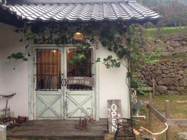 """<p>【 KOKOPELLI 】cafe+antiques</p> <p>熊本県熊本市西区松尾町平山592</p> <p>お山にあるカフェと雑貨と農園。</p> <p>http://bit.ly/2VW786w</p><div class=""""news_area is_type01""""><div class=""""thumnail""""><a href=""""http://bit.ly/2VW786w""""><div class=""""image""""><img src=""""https://scontent-nrt1-1.xx.fbcdn.net/v/t1.0-9/45355461_1947419868682990_8939403406427029504_o.jpg?_nc_cat=101&_nc_ht=scontent-nrt1-1.xx&oh=bc466f59074d0932dfa8fba40a491db8&oe=5D5326B6""""></div><div class=""""text""""><h3 class=""""sitetitle"""">cafe+antiques KOKOPELLI</h3><p class=""""description"""">✨✨「お山で蚤の市」開催✨✨ 11月23日(祝)24日(土)25日(日)11時から17時  場所:ココペリのお庭               いろんな国の古い物、雑貨がお庭に並びます。ぜひ掘り出し物を見つけてくださいね????  ※カフェも通常営業です♬  心地よい秋のお山の空気に包まれています。のんびりしに来てください〜✨???? @ カフェ+アンティークス  ココペリ</p></div></a></div></div> ()"""