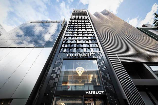 "<p>【 HUBLOT Boutique GINZA 】2020.5/26オープン</p> <p>並木通りのブティックから移転し面積を拡大、世界最大規模を誇るウブロ旗艦店。</p> <p>東京都中央区銀座3-5-9</p> <p>https://bit.ly/36ADMfY</p><div class=""news_area is_type01""><div class=""thumnail""><a href=""https://bit.ly/36ADMfY""><div class=""image""><img src=""https://scontent-nrt1-1.xx.fbcdn.net/v/t1.0-9/101367987_3196420010402031_5852006705893736448_o.jpg?_nc_cat=100&_nc_sid=2d5d41&_nc_oc=AQlsWO5KRv_GW4-TZrPKIiMgGLLQYk13mxSebjdiYN-LZb-fpe2iO_VwtI4IuNbfdBw&_nc_ht=scontent-nrt1-1.xx&oh=5460351af93a336b3931c5c76f5ad088&oe=5EF2613B""></div><div class=""text""><h3 class=""sitetitle"">ウブロジャパン</h3><p class=""description"">いよいよ明日、ウブロブティック銀座がオープン! ウブロのブランドコンセプト「アート・オブ・フュージョン(異なる素材やアイデアの融合)」をテーマにした、世界最大規模のブティックが銀座・中央通りに新たに誕生します。 皆様のご来店を心よりお待ちしております。 —————— #ウブロブティック銀座 📧ginza@hublot.com 📞03-3538-5055 #Hublot #ウブロ...</p></div></a></div></div> ()"