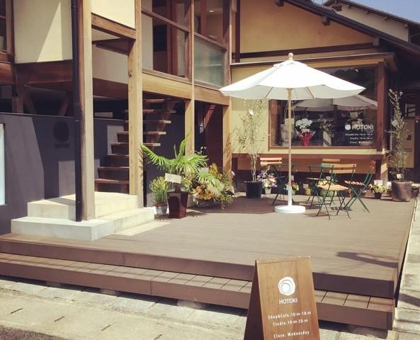 "<p>【 HOTOKI 】</p> <p>買える・うつわの店 使える・カフェ 作る・陶芸教室の3つを融合。うつわをもっと好きになる場所がコンセプト。</p> <p>京都市左京区岩倉西五田町17-2</p> <p>http://bit.ly/3aXRQBa</p><div class=""news_area is_type01""><div class=""thumnail""><a href=""http://bit.ly/3aXRQBa""><div class=""image""><img src=""https://scontent-nrt1-1.cdninstagram.com/v/t51.2885-15/e35/s1080x1080/68683955_515906445838730_6740778874834362351_n.jpg?_nc_ht=scontent-nrt1-1.cdninstagram.com&_nc_cat=102&_nc_ohc=vgpFDXzD9iIAX9XYHqC&oh=2b8164d37dfef667907dfe1f8e50dd07&oe=5E9C6209""></div><div class=""text""><h3 class=""sitetitle"">HOTOKI / うつわ・カフェ・陶芸体験 on Instagram: ""HOTOKIはカフェからつくり手の様子や体験の様子が眺められるのが特徴です。明日の体験の予約もお取り出来ますので、気軽にお問い合わせください。体験・カフェ・ショップの融合した場所 HOTOKIへ。明日もお待ちしています。 - - - - - - - - - - - - - -…""</h3><p class=""description"">154 Likes, 3 Comments - HOTOKI / うつわ・カフェ・陶芸体験 (@hotoki_kyoto) on Instagram: ""HOTOKIはカフェからつくり手の様子や体験の様子が眺められるのが特徴です。明日の体験の予約もお取り出来ますので、気軽にお問い合わせください。体験・カフェ・ショップの融合した場所…""</p></div></a></div></div> ()"