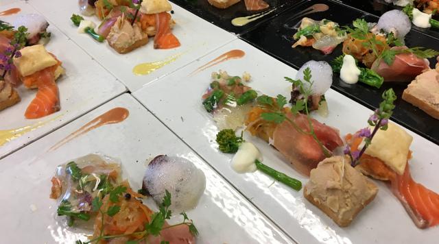 """<p>こちらは、ランチタイムでお召し上がりいただける。</p> <p>前菜でございます。</p> <p><br />・鯛のカルパッチョ サクラのジュレ</p> <p>・白身魚のエスカベッシュ</p> <p>・鶏のレバームース</p> <p>・生ハムと紫いも サワークリーム</p> <p>・タコとグレープフルーツ ホワイトバルサミコ酢の泡ソース</p> <p>・サバのビネガーマリネ 菜の花とカブラのソース</p> <p><br />お好みで、</p> <p>赤のソース(ストロベリー)<br />黄色のソース(パプリカ)<br />をお付けになってお召し上がりください。</p> <p><br />食材の仕入れ状況により、前菜の内容は変わります。</p> <p>予め、ご了承ください。</p> <p><br />皆様のご来店をお待ちいたしております。</p> <p><br />https://www.facebook.com/cocochi.kitchen/</p> <p></p><div class=""""news_area is_type02""""><div class=""""thumnail""""><a href=""""https://www.facebook.com/cocochi.kitchen/""""><div class=""""image""""><img src=""""https://prtree.jp/sv_image/w300h300/of/k0/ofk0PFE1iBcwtdVs.jpg""""></div><div class=""""text""""><h3 class=""""sitetitle"""">古民家ダイニング ココチキッチン奈良狐井</h3><p class=""""description"""">古民家ダイニング ココチキッチン奈良狐井、奈良県 香芝市 - 「いいね!」2,662件 · 17人が話題にしています · 869人がチェックインしました - 奈良県香芝市の古民家ダイニング「ココチキッチン奈良狐井」です!お車でお越しの際は近鉄五位堂駅方面よりお越し下さい。【定休日木曜日・第3水曜日】</p></div></a></div></div> ()"""