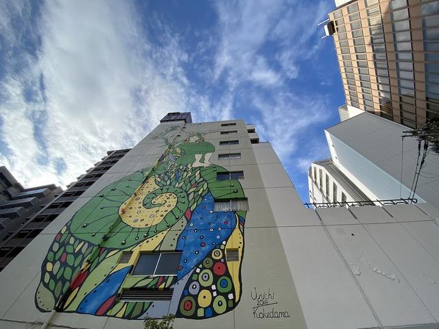 """<p>ビル7階分の壁画がとても印象的な、おおきに老松通りビル。</p> <p>ビル全体がアートになっていました。</p> <div class=""""thumnail post_thumb""""> <h3 class=""""sitetitle""""></h3> </div> ()"""