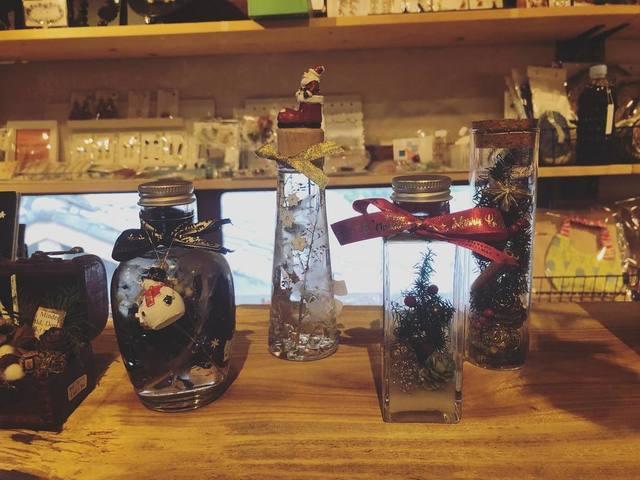 """<p>こんにちは。ココチザッカです☺</p> <p>12月に入りましたね。</p> <p>お店のクリスマススペースも盛り上がってきてます♡</p> <p>どれもハンドメイドの一点ものです。</p> <p>気になる作品は、お早めにチェックしに来てください✨</p> <p>是非手に取ってご覧ください。お取り置き、郵送も可能です。</p> <p>お問い合わせは、メールまたはお電話で受け付けております。</p> <p>素敵なハンドメイド作品と共に皆様のご来店をお待ちしております。</p> <p>cocochizakka 奈良県香芝市狐井613 ・・・・・・・<br />open:10:30-18:00 close:日曜.木曜.第三水曜日<br />tel:0745-44-8275 mail:cocochizakka@gmail.com<br /><br />https://www.instagram.com/p/B5l09d7HYnp/</p> <div class=""""news_area is_type02""""></div><div class=""""news_area is_type01""""><div class=""""thumnail""""><a href=""""https://www.instagram.com/p/B5l09d7HYnp/""""><div class=""""image""""><img src=""""https://prtree.jp/sv_image/w640h640/UK/1U/UK1UeuNJRtcWYEjS.jpg""""></div><div class=""""text""""><h3 class=""""sitetitle"""">@cocochizakka on Instagram: """"こんにちは。 ココチザッカです????  12月に入りましたね???? お店のクリスマススペースも盛り上がってきてます♡ どれもハンドメイドの一点ものです。 気になる作品は、お早めにチェックしに来てください!    お取り置き、全国発送も可能です。…""""</h3><p class=""""description"""">118 Likes, 0 Comments - @cocochizakka on Instagram: """"こんにちは。 ココチザッカです????  12月に入りましたね???? お店のクリスマススペースも盛り上がってきてます♡ どれもハンドメイドの一点ものです。…""""</p></div></a></div></div> ()"""
