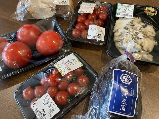 <p>ライフ豊里店前に八百屋『新鮮野菜 あたりまえ』が6/19オープンされました。</p> <p>飲食店や量販店への卸を専門で展開されていたようですが、各産地で繋がった農家さんの</p> <p>思いの詰まったお野菜をお客様へ直接お届けしたいという想いからオープン。</p> <p>店主に話を聞きながら、こだわりの野菜・果物・お米・たまごなど</p> <p>産地直送の新鮮野菜を選ぶ、あたりまえだったことがとても新鮮に感じました。</p> ()
