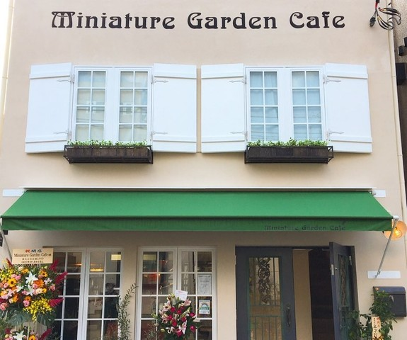 """<div>『Miniature Garden Cafe』</div> <div>フランス・アルザス地方の伝統焼き菓子や</div> <div>ケーキ、クラフトチョコレート、</div> <div>自家焙煎コーヒーでくつろぐ小さな箱庭。</div> <div>東京都目黒区上目黒1-13-5</div> <div>https://miniaturegardencafe.com/</div> <div>https://www.instagram.com/miniaturegardencafe/</div><div class=""""news_area is_type02""""><div class=""""thumnail""""><a href=""""https://miniaturegardencafe.com/""""><div class=""""image""""><img src=""""https://cdn.goope.jp/167147/200905100730t4hb.png""""></div><div class=""""text""""><h3 class=""""sitetitle"""">mgc</h3><p class=""""description"""">フランス・アルザス地方の伝統焼き菓子とクラフトチョコレート、自家焙煎コーヒーでくつろぐ小さな箱庭 
