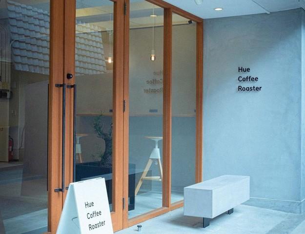 "<div>『Hue Coffee Roaster』</div> <div>色でコーヒーを選べるカフェ。</div> <div>大阪市中央区谷町4丁目3-7</div> <div>https://www.instagram.com/hue_coffee_roaster/<br />https://hue-coffee.jp/</div> <div> <blockquote class=""twitter-tweet""> <p lang=""ja"" dir=""ltr"">プレオープン期間中は他の焙煎所から豆を仕入れて提供し、2022年には自家焙煎もスタートする予定です。<br />スタッフ一同みなさまにお会いできるのを楽しみにしております。ぜひお気軽にお越しくださいませ。<a href=""https://twitter.com/hashtag/HueCoffeeRoaster?src=hash&ref_src=twsrc%5Etfw"">#HueCoffeeRoaster</a><a href=""https://twitter.com/hashtag/%E8%B0%B7%E7%94%BA%E5%9B%9B%E4%B8%81%E7%9B%AE?src=hash&ref_src=twsrc%5Etfw"">#谷町四丁目</a><a href=""https://twitter.com/hashtag/%E8%B0%B7%E7%94%BA%E5%9B%9B%E4%B8%81%E7%9B%AE%E3%82%AB%E3%83%95%E3%82%A7?src=hash&ref_src=twsrc%5Etfw"">#谷町四丁目カフェ</a><a href=""https://twitter.com/hashtag/%E3%82%AB%E3%83%95%E3%82%A7?src=hash&ref_src=twsrc%5Etfw"">#カフェ</a><a href=""https://twitter.com/hashtag/%E3%82%B3%E3%83%BC%E3%83%92%E3%83%BC?src=hash&ref_src=twsrc%5Etfw"">#コーヒー</a><a href=""https://twitter.com/hashtag/%E3%83%A2%E3%83%90%E3%82%A4%E3%83%AB%E3%82%AA%E3%83%BC%E3%83%80%E3%83%BC?src=hash&ref_src=twsrc%5Etfw"">#モバイルオーダー</a> <a href=""https://t.co/tk8oQXt3jT"">pic.twitter.com/tk8oQXt3jT</a></p> — STARRYWORKS inc. (@starryworks) <a href=""https://twitter.com/starryworks/status/1448138502130962435?ref_src=twsrc%5Etfw"">October 13, 2021</a></blockquote> <script async="""" src=""https://platform.twitter.com/widgets.js"" charset=""utf-8""></script> </div> ()"