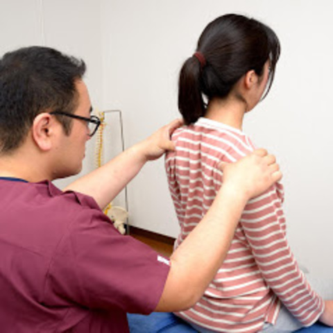 """<p>本日は肩の痛みを訴えてご予約された方がたくさん来られます。</p> <p>肩の痛みは日常動作にも関係性が高いので、ご不便されてることと思います。</p> <p>一日でも早く改善されますよう、私も全力尽くします。</p><div class=""""thumnail post_thumb""""><a href=""""""""><h3 class=""""sitetitle""""></h3><p class=""""description""""></p></a></div> ()"""