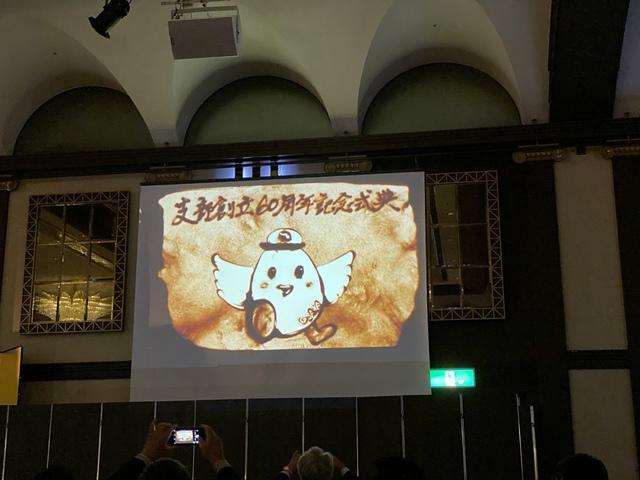 """<p>令和元年11月11日、ホテル阪急インターナショナルで開催された</p> <p>『大阪宅建協会新大阪支部60周年記念式典』に参加してきました。</p> <p>新大阪支部60年の歩みの動画は涙する方々も...</p> <p>サンドアート集団SILTの皆様のパフォーマンス圧巻でした。</p> <p>http://bit.ly/335ULUc</p><div class=""""news_area is_type01""""><div class=""""thumnail""""><a href=""""http://bit.ly/335ULUc""""><div class=""""image""""><img src=""""https://prtree.jp/sv_image/w640h640/8X/rV/8XrV0gPmNJX2gAqT.jpg""""></div><div class=""""text""""><h3 class=""""sitetitle"""">サンドアート集団 SILT</h3><p class=""""description"""">銀座SIXでのサンドアートパフォーマンスライブ。     大きな歓声も上がり大好評♪     SILTのメンバーyukimiが頑張りました^ ^     皆さまありがとうございました????</p></div></a></div></div> ()"""