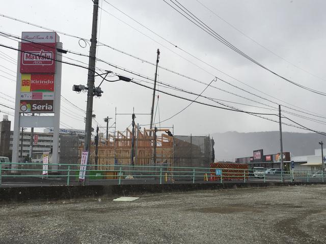 <p>こんにちは。</p> <p>とても寒い日が続いていますが皆さんいかがお過ごしでしょうか?</p> <p>こちらの方では少し雪もパラついております、❄️</p> <p>そして昨年オープンしたばかりのリードタウン名張に新しい建築物が・・・</p> <p>気になり看板を確認!しかしまだ何ができるかは分からず・・・</p> <p>今後何ができるかとても気になります。笑</p> <p>また分かり次第投稿したいと思います!</p> <p></p> ()