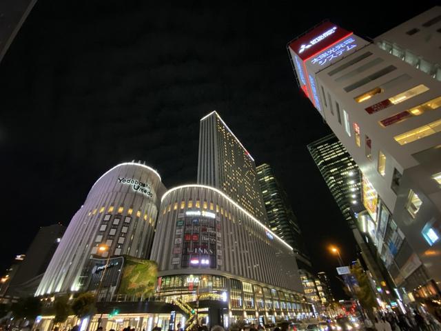 """<p>昨晩近くを通りましたので撮ってみました。</p> <p>ヨドバシ梅田タワー地下1階~地上8階に11/16開業する</p> <p>地域最大級の複合施設「LINKS UMEDA」には</p> <p>日本初8店舗、関西初24店舗、大阪初13店舗を含む</p> <p>注目のテナント約200店舗が出店。</p> <p>8階にはコミュニティ型ワークスペースWeWorkも開業する。</p> <p>9階~地上35階のホテル阪急レスパイア大阪は11月27日開業。</p> <div class=""""thumnail post_thumb""""> <h3 class=""""sitetitle""""></h3> </div><div class=""""thumnail post_thumb""""><a href=""""""""><h3 class=""""sitetitle""""></h3><p class=""""description""""></p></a></div> ()"""