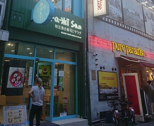 """<p>7/15 grand open</p> <p>『maki-san 心斎橋店』</p> <p>2012年シンガポール創業。</p> <p>独自の巻き寿司とサラダを創作</p> <p>楽しさと無限の可能性...</p> <p>https://goo.gl/qqQfJN</p><div class=""""news_area is_type01""""><div class=""""thumnail""""><a href=""""https://goo.gl/qqQfJN""""><div class=""""image""""><img src=""""https://scontent-nrt1-1.xx.fbcdn.net/v/t1.0-9/38013766_2140604592889553_8087606615903043584_o.jpg?_nc_cat=0&oh=4c8c2d5fc02d0d633c1a8a4efec849cd&oe=5C24F6A1""""></div><div class=""""text""""><h3 class=""""sitetitle"""">Maki-San Japan</h3><p class=""""description"""">Maki-sanです!今日はお店のSNS映えスポットを紹介! 大きな巻き寿司の中に座って写真を撮ることができます???? らせん階段も密かなフォトスポット????!!</p></div></a></div></div> ()"""