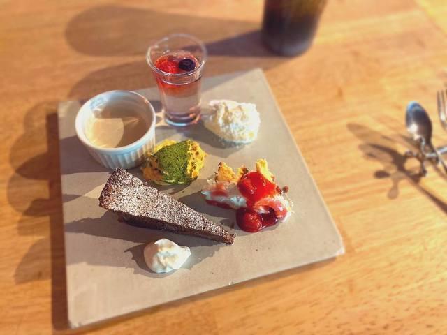 """<p>こんにちは、奈良県香芝市のココチキッチン奈良狐井です。<br /><br />本日の1枚の写真は、ランチタイムのデザート。<br /><br />当店スタッフがお客様として来店し、撮影した1枚。<br /><br />コロナで大変な日々が続いている中、心が温まりました。<br /><br />ランチのデザートは基本6種類、全て盛り付けさせていただいています✨<br /><br />スタッフの皆さんに支えられ、本日も皆様のご来店を心よりお待ちしています!</p> <p><br />●cocochizakkaよりお知らせ●<br />4月12日(日) open 10:30-18:00<br />※4月は日曜日を営業、別の曜日でお休みさせていただきます。<br /><br /></p> <p><strong>ココチキッチン奈良狐井</strong> 奈良県香芝市狐井613 1階 ・・・・・・・<br />open:11:00-14:30 17:30-21:30 close:木曜.第三水曜日<br /><strong>tel:0745-44-8275</strong>※<strong>完全予約制<br /></strong>近鉄五位堂駅より徒歩10分 敷地内に大きな駐車場(20台以上)<br /><a href=""""http://www.cocochi-kitchen.com/"""">HP</a><a href=""""https://www.instagram.com/cocochikitchen/"""">Instagram</a><a href=""""https://twitter.com/cocochikitchen"""">twitter</a><a href=""""https://www.facebook.com/cocochi.kitchen/"""">Facebook</a><a href=""""../../../../cocochikitchen"""">PRtree</a><br />※ランチは11時~と13時~の二部制営業になります。<br />※ディナーは2営業日前までにご予約願います。<br />※2階<a href=""""../../cocochizakka"""">cocochizakka</a>は10時30分から18時までの営業になります。<br /><br /></p> <p><strong>cocochizakka</strong> 奈良県香芝市狐井613 2階 ・・・・・・・<br />open:10:30-18:00 close:日曜.木曜.第三水曜日<br /><strong>tel:0745-44-8275</strong> mail:cocochizakka@gmail.com<br /><a href=""""https://cocochizakka.jimdofree.com/"""">HP</a><a href=""""https://www.instagram.com/cocochizakka/"""">Instagram</a><a href=""""https://www.facebook.com/cocochizakka613/"""">Facebook</a><a href=""""../../../../cocochizakka"""">PRtree</a><br />※ココチ雑貨のみのご来店も大歓迎です。<br /><br /><a href=""""https://bit.ly/2VkdWrd"""">近鉄五位堂駅からの動画</a> <a href=""""https://bit.ly/2wBiy48"""">近鉄下田駅からの動画</a><br /><br /><a href=""""../../cocochikitchen/menu/141.html"""">https://prtree.jp/cocochikitchen/menu/141.html</a></p> <div class=""""news_area is_type02""""></div> <div class=""""news_area is_type01""""> <div class=""""thumnail""""><a href=""""../../cocochikitchen/menu/141.html""""> <div class=""""image""""><img src=""""../../sv_image/w640h640/6I/5f/6I5fkMj0J2ZnRLyH.jpg"""" /></div> <div class=""""text""""> <h3 class=""""sitetitle"""">奈良県香芝市の古民家を改装したイタリアンを中心としたダイニング『ココチキッチン奈良狐井』</h3> <p class=""""description"""">懐かしくて落ち着く古民家で少しだけ贅沢なひとときをお過"""