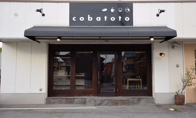 """<p>パン教室11/12・カフェ11/14 正式OPEN予定日</p> <p>シェアカフェ&パン教室『cobatoto』</p> <p>いつかカフェをしたい</p> <p>いつか教室がしたい</p> <p>いつか自分の作ったものを売りたい</p> <p>と言う人を応援するお店...</p> <p>https://goo.gl/YTLNrD</p><div class=""""news_area is_type01""""><div class=""""thumnail""""><a href=""""https://goo.gl/YTLNrD""""><div class=""""image""""><img src=""""https://scontent-nrt1-1.xx.fbcdn.net/v/t1.0-9/45148790_783161218712655_3264573743694872576_o.jpg?_nc_cat=109&_nc_ht=scontent-nrt1-1.xx&oh=86c6c4ff238fbf8859bfc480eaa9f593&oe=5C40A0C7""""></div><div class=""""text""""><h3 class=""""sitetitle"""">姫路パン教室 cobatoto</h3><p class=""""description"""">. プレオープン日の ご案内 です . 11月3日(土) 11月4日(日) 12:00 〜  17:00 . カフェランチのご用意はございません . 良かったら様子を見に来てくださいませ✨ . .  @ Himeji, Hyogo</p></div></a></div></div> ()"""