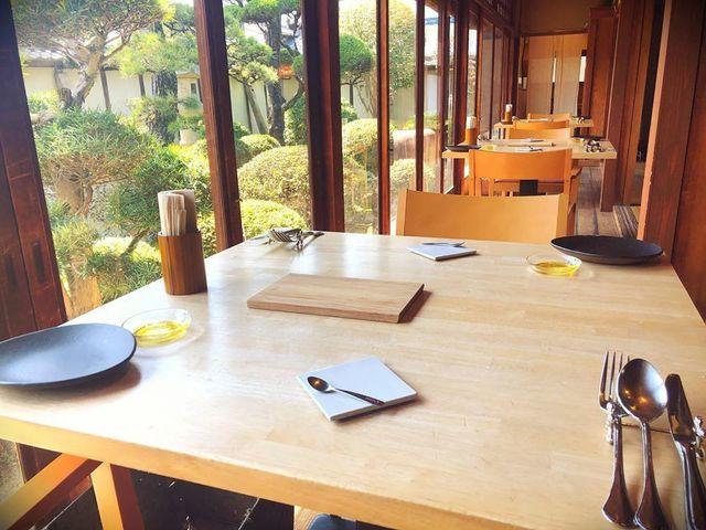 "<p>こんにちは、奈良県香芝市のココチキッチン奈良狐井です。<br /><br />本日の1枚の写真は、ランチタイムの縁側のお席。<br /><br />お二人でお越しのお客様にとても人気のお席になります✨<br /><br />本日も皆様のご来店を心よりお待ちしています。<br /><br />●cocochizakkaよりお知らせ●<br />3月25日(水)臨時休業<br />3月29日(日)臨時営業10:30-18:00</p> <p><br /><strong>ココチキッチン奈良狐井</strong> 奈良県香芝市狐井613 ・・・・・・・<br />open:11:00-14:30 17:30-21:30 close:木曜.第三水曜日<br /><strong>tel:0745-44-8275</strong>※<strong>完全予約制<br /></strong>近鉄五位堂駅より徒歩10分 敷地内に大きな駐車場(20台以上)<br />※ランチは11時~と13時~の二部制営業になります。<br />※ディナーは2営業日前までにご予約願います。<br />※2階<a href=""../../cocochizakka"">cocochizakka</a>は10時30分から18時までの営業になります。</p> <p><br />https://www.instagram.com/cocochikitchen/</p> <div class=""news_area is_type02""></div> <div class=""news_area is_type02""> <div class=""thumnail""><a href=""https://www.instagram.com/cocochikitchen/""> <div class=""image""><img src=""../../sv_image/w300h300/Y6/Xt/Y6XtltGBAhCNwfso.jpg"" /></div> <div class=""text""> <h3 class=""sitetitle"">@cocochikitchen • Instagram photos and videos</h3> <p class=""description"">118 Followers, 88 Following, 12 Posts - See Instagram photos and videos from @cocochikitchen</p> </div> </a></div> </div> ()"