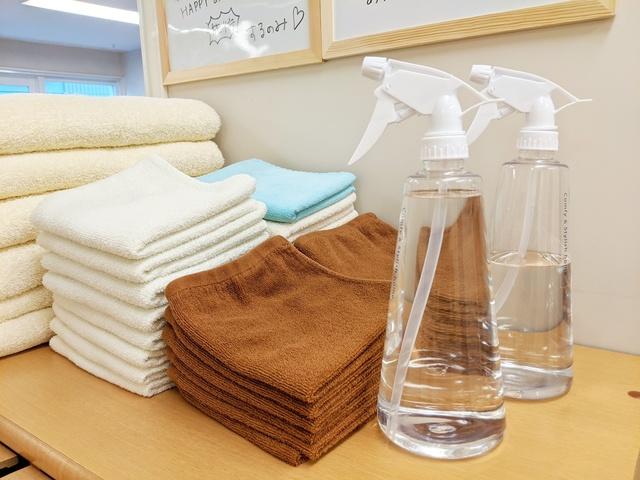 <p>当院では患者さんに安心して施術を受けて頂くために以下の対策を行っております。</p> <p></p> <p></p> <p>1、施術前後に必ず手洗い・うがいを行い常に清潔を保つよう心掛けています。</p> <p></p> <p>2、施術中はマスクを使用しております。</p> <p></p> <p>3、患者様が使用したベッドは都度必ずアルコール消毒を行っております。</p> <p></p> <p>4、フェイスペーパーは使い捨ての物を使用し、毎回新しい物を使用しています。</p> <p></p> <p>5、フェイスタオルは一人一人毎回洗濯したものを使用しています。</p> <p></p> <p>6、院内は感染予防対策として定期的に院内の換気を行い、空気清浄機2台や加湿器を常に運転させて一定の温度・湿度を保つようにしています。</p> <p></p> <p></p> <p>通常に行っていることですが、</p> <p>さらに強化して安心してご利用できるようスタッフ一同、より意識的に取り組んでおります。</p> <p></p> <p></p> <p></p> <p>★患者様へのお願い</p> <p></p> <p>入口や受付にアルコール消毒液を用意していますのでご利用ください。</p> <p>また、手洗いやうがいもできる限りお願いしております。</p> <p></p> <p>徒歩や自転車でお越しになる方は気を付けてお越しください。</p> <p>電車やバスなど公共交通機関をご利用の方は無理にお越しいただかなくても結構です。</p> <p></p> <p></p> <p>新型コロナウイルス拡散防止の為、ご協力をお願いいたします。</p> <p></p> <p></p> <p>★こんな時こそ免疫力を高めましょう</p> <p></p> <p>自分の大切な方を守るためにも不要不急の外出は自粛願います。</p> <p>ただ、毎日家の中で動かないでいると筋肉は固まり、自律神経の乱れが生じて、</p> <p>免疫力の低下につながる恐れがあります。</p> <p></p> <p>ご自身や大切な方の為にも免疫力を上げることが大切です。</p> <p></p> <p>大変な状況ですが一緒に乗り越えていきましょう。</p> ()