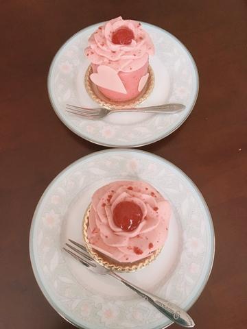 <p>栗東駅近くのパティスリーKAKESAKUの新作ケーキ「フルリエ」(ベリーのムース)。お花のかたちの気持ちが華やぐケーキです。</p> ()