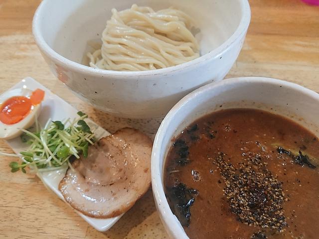 """<p>カフェのような創作ラーメン店『KUCHE』さんへランチタイムに訪問。</p> <p>いただいたのは、イチオシつけ麺という焦がし醤油味のKURO。</p> <p>濃厚でとても美味しかったです。〆はご飯割りをいただきました(^^♪</p> <p>KUCHEさんは今月ニューヨークで開催されたラーメンコンテスト2019春に</p> <p>参加され、3位に入賞されたようです。</p> <p>http://bit.ly/2IMsQmd</p><div class=""""news_area is_type01""""><div class=""""thumnail""""><a href=""""http://bit.ly/2IMsQmd""""><div class=""""image""""><img src=""""https://prtree.jp/sv_image/w640h640/qP/J1/qPJ1PtsyDRGfu8la.jpg""""></div><div class=""""text""""><h3 class=""""sitetitle"""">KUCHE on Twitter</h3><p class=""""description"""">""""いよいよ明後日水曜日に旅立ちとなります!約一カ月間ほんとに忙しく正直大変でしたが、なんとか旅立つ段取りは整いました!後はアメリカ????????で何が僕を待っているのか! どんな壁の大きさなのか?楽しみ3割不安7割って感じですね。(-。-;そのせいで謎に発疹が出てます。????皮膚科nowです。営業遅れるかも""""</p></div></a></div></div> ()"""