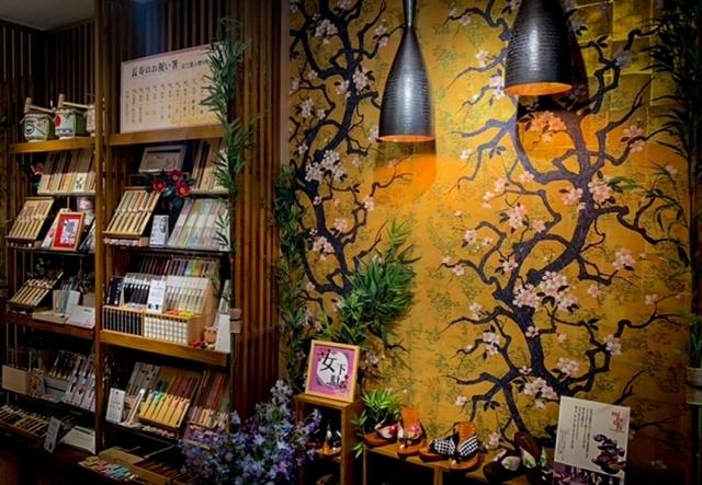 "<p>【 倭物やカヤ(わものやかや)湯布院店 】2020.6/1オープン</p> <p>王道な和雑貨でありながら新しい-Japan crafts museum shop-。</p> <p>大分県由布市湯布院町川上1507-2由布町屋翠1階</p> <p>https://bit.ly/2B0Pw05</p><div class=""thumnail post_thumb""><a href=""https://bit.ly/2B0Pw05""><h3 class=""sitetitle"">【新店舗】大分県に倭物やカヤ 湯布院店 6月1日オープン!   お知らせ   『倭物や カヤ』公式サイト 和雑貨・手ぬぐい・風呂敷・和風ファッション</h3><p class=""description"">『倭物や カヤ』公式サイト。文明開化の光と影を彷彿させる和雑貨・手ぬぐい・風呂敷・足袋・ファッション等を店舗・通販にて販売しています。ブログ・店舗情報・採用情報もこちら。</p></a></div> ()"