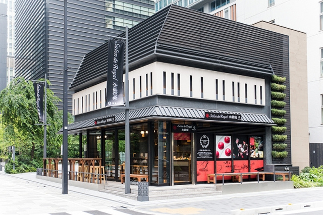"""<p>昭和10年創業の老舗ショコラティエが東京初出店</p> <p>「サロンドロワイヤル水戯庵日本橋」6月7日オープン!</p> <p>和の趣きを感じさせる落ち着いた外観の店内には、</p> <p>宝石のように美しいショコラがショーケースにずらり。</p> <p>カフェスペースやテラスで絶品スイーツを。。。</p><div class=""""thumnail post_thumb""""><a href=""""""""><h3 class=""""sitetitle""""></h3><p class=""""description""""></p></a></div> ()"""