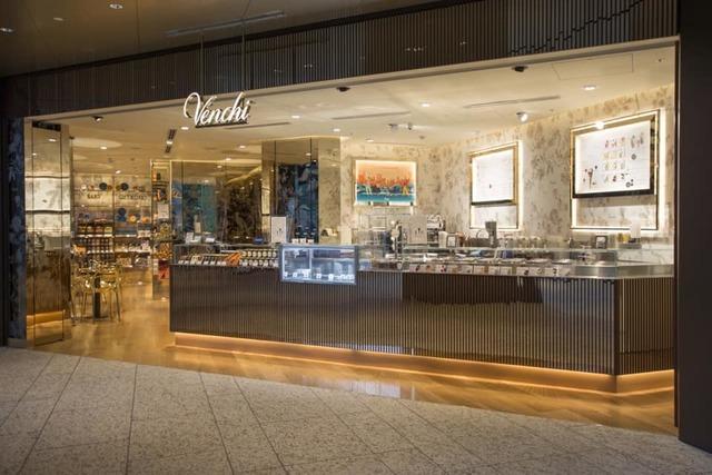 "<p>140年以上続くイタリアの老舗高級チョコレート・ジェラート専門店</p> <p>日本3号店「Venchi Otemachi One」6月17日オープン!</p> <p>日本では初となるカフェスペースを併設</p> <p>濃厚なチョコレートドリンクやジェラートシェイクが初登場。。</p> <p>https://bit.ly/3dgsjEc</p><div class=""news_area is_type01""><div class=""thumnail""><a href=""https://bit.ly/3dgsjEc""><div class=""image""><img src=""https://scontent-nrt1-1.xx.fbcdn.net/v/t1.0-9/104056555_173677874113638_1782559239315099740_n.jpg?_nc_cat=108&_nc_sid=110474&_nc_oc=AQnLnblf0mpPx2aESYt5EWFTjlqMIpcbulyruqMJjM7iaQbny7M7aGZW-3rAmJvF4ho&_nc_ht=scontent-nrt1-1.xx&oh=265f356442e3a55b0e50354d9ada9cd5&oe=5F115BE6""></div><div class=""text""><h3 class=""sitetitle"">Venchi 1878</h3><p class=""description"">ヴェンキ Otemachi One店がいよいよ明日6月17日オープン!  外光が降り注ぐ贅沢な空間で、限定ドリンクやジェラート、ジェラートシェイクなど、ゆっくりお楽しみください。  Venchi Otemachi One 営業時間:9:00~20:00 定休日:日曜・祝日  #VENCHI #ヴェンキ #OtemachiOne #チョコレート #ジェラート #大手町限定...</p></div></a></div></div> ()"