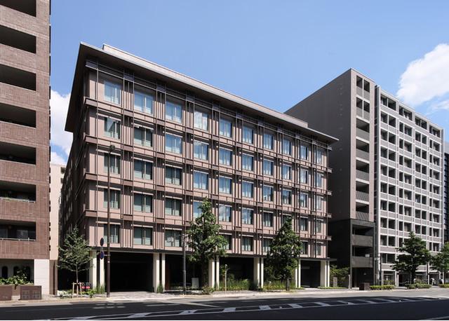 "<div>『HIYORIチャプター京都トリビュートポートフォリオホテル』</div> <div>この街の全てを楽しみ尽くしたい。そんなあなたのためのホテル。</div> <div>京都府京都市中京区河原町通二条上る清水町341番地</div> <div>https://kyoto.hiyori-chapter.jp/</div> <div>https://www.instagram.com/kyotonijyo.hiyori/</div> <div><iframe src=""https://www.facebook.com/plugins/post.php?href=https%3A%2F%2Fwww.facebook.com%2Fkyoto.hiyorichapter%2Fposts%2F216183416994467&show_text=true&width=500"" width=""500"" height=""728"" style=""border: none; overflow: hidden;"" scrolling=""no"" frameborder=""0"" allowfullscreen=""true"" allow=""autoplay; clipboard-write; encrypted-media; picture-in-picture; web-share""></iframe></div> <div><iframe src=""https://www.facebook.com/plugins/post.php?href=https%3A%2F%2Fwww.facebook.com%2Fkyoto.hiyorichapter%2Fposts%2F221275433151932&show_text=true&width=500"" width=""500"" height=""437"" style=""border: none; overflow: hidden;"" scrolling=""no"" frameborder=""0"" allowfullscreen=""true"" allow=""autoplay; clipboard-write; encrypted-media; picture-in-picture; web-share""></iframe></div><div class=""news_area is_type01""><div class=""thumnail""><a href=""https://kyoto.hiyori-chapter.jp/""><div class=""image""><img src=""https://kyoto.hiyori-chapter.jp/wp-content/uploads/2021/06/ogp.png""></div><div class=""text""><h3 class=""sitetitle"">HIYORIチャプター京都トリビュートポートフォリオホテル【公式】</h3><p class=""description"">ようこそ、京都という物語へ。このホテルでは、京都で繰り広げられる物語を選ぶことから旅が始まります。自由に歩いたあなたの足跡が、また新しい物語となり、次の旅人を誘うのです。さあ、まずは第一章から。新しい京都の旅をめくりましょう。</p></div></a></div></div> ()"