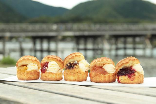 """<p>京都嵐山のシンボル的存在である渡月橋近くに</p> <p>「CHAVATY kyoto arashiyama」7月10日オープン!</p> <p>ティーラテは、ウバ、ほうじ茶、抹茶の3種類を用意</p> <p>嵐山限定メニューのスコーンサンドも5種類提供。。。</p><div class=""""thumnail post_thumb""""><a href=""""""""><h3 class=""""sitetitle""""></h3><p class=""""description""""></p></a></div> ()"""