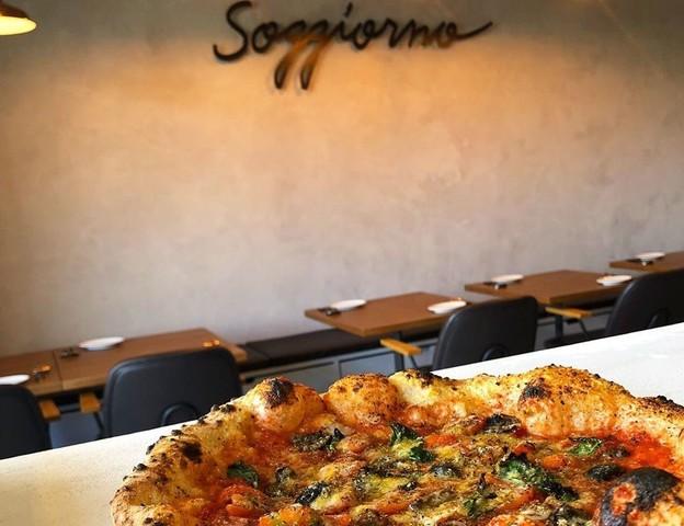 """<p>「pizzeria soggiorno」11/28グランドオープン</p> <p>本格薪窯で焼き上げるピッツァとイタリア料理...</p> <p>http://bit.ly/37Gj7aj</p> <p>http://bit.ly/2XLddjI MAP</p><div class=""""news_area is_type01""""><div class=""""thumnail""""><a href=""""http://bit.ly/37Gj7aj""""><div class=""""image""""><img src=""""https://scontent-nrt1-1.cdninstagram.com/v/t51.2885-15/e35/70102618_412725282772176_5354032794829156804_n.jpg?_nc_ht=scontent-nrt1-1.cdninstagram.com&_nc_cat=100&oh=4e9c5be4fd36fbe8919362b5a66e2a1d&oe=5E763167""""></div><div class=""""text""""><h3 class=""""sitetitle"""">ピッツェリア ソジョルノ on Instagram: """"とうとうこの日が来ました‼️ 窯に命を吹き込む火入れ作業???? イタリアからやって来た窯の背中には、ステファノさんからクアトロオッキこと僕のためにというメッセージ入り???? 大事に育てて行きますよ‼️ なかなか上手いこと日程通りにはいきませんでしたがなんとかここまで来ましたよ????…""""</h3><p class=""""description"""">69 Likes, 0 Comments - ピッツェリア ソジョルノ (@pizzeria_soggiorno) on Instagram: """"とうとうこの日が来ました‼️ 窯に命を吹き込む火入れ作業???? イタリアからやって来た窯の背中には、ステファノさんからクアトロオッキこと僕のためにというメッセージ入り???? 大事に育てて行きますよ‼️…""""</p></div></a></div></div> ()"""