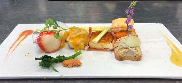 """<p>こちらは、ランチタイムでお召し上がりいただける。</p> <p>前菜でございます。</p> <p><br />・鯛のカルパッチョとグレープフルーツの泡ソース</p> <p>・白身魚のエスカベッシュ</p> <p>・鶏のレバームースのカナッペ</p> <p>・生ハムとパルメザンチーズのブリュレ</p> <p>・赤パプリカムースのミルフィーユ</p> <p>・いちごとホタテのマリネとオレンジのジュレ<br /><br />・菜の花とサクラエビのソース</p> <p>お好みで、</p> <p>赤のソース(ストロベリー)<br />黄色のソース(パプリカ)<br />をお付けになってお召し上がりください。</p> <p><br />食材の仕入れ状況により、前菜の内容は変わります。</p> <p>予め、ご了承ください。</p> <p><br />皆様のご来店をお待ちいたしております。</p> <p>https://www.facebook.com/cocochi.kitchen/</p> <div class=""""news_area is_type02""""></div><div class=""""news_area is_type02""""><div class=""""thumnail""""><a href=""""https://www.facebook.com/cocochi.kitchen/""""><div class=""""image""""><img src=""""https://prtree.jp/sv_image/w300h300/NL/oO/NLoObJGb5R6KPMXH.jpg""""></div><div class=""""text""""><h3 class=""""sitetitle"""">古民家ダイニング ココチキッチン奈良狐井</h3><p class=""""description"""">古民家ダイニング ココチキッチン奈良狐井、香芝市 - 「いいね!」2,673件 · 905人がチェックインしました - 奈良県香芝市の古民家ダイニング「ココチキッチン奈良狐井」です!お車でお越しの際は近鉄五位堂駅方面よりお越し下さい。【定休日木曜日・第3水曜日】</p></div></a></div></div> ()"""