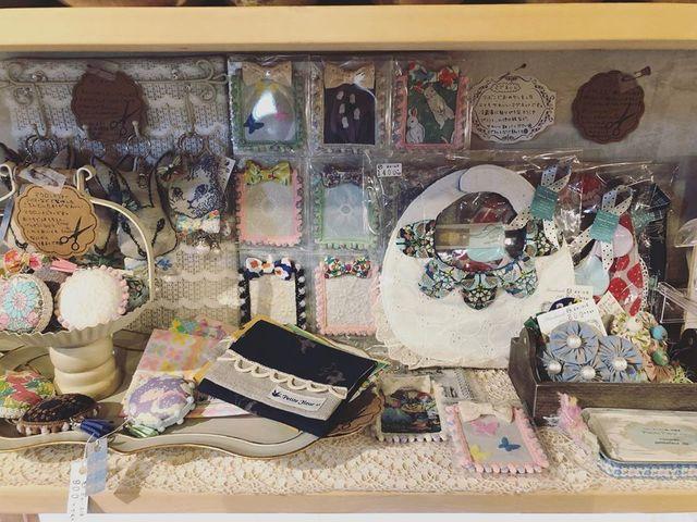 "<p>こんにちは。ココチザッカです☺<br /><br />作家『Petite Fleur ++』様をご紹介します。<br /><br />とっても可愛い布雑貨は、刺繍生地やリバティ生地を使用させています✨<br /><br />マスクの販売もございます✨<br /><br /><a href=""https://www.instagram.com/petitefleur_dp/"">https://www.instagram.com/petitefleur_dp/</a><br /><br />レジにて無料ラッピングも承っております、お気軽にお声がけください!<br />また、プレゼント選びに悩まれている方は、スタッフにお声がけください。<br />お好みを聞いて、プレゼント選びのお手伝いをさせて頂きます。<br />お取り置き、全国郵送も可能です。クリックポストで送料188円。<br />お問い合わせは、メールまたはお電話で受け付けております。<br /><br /><strong>cocochizakka</strong> 奈良県香芝市狐井613 2階 ・・・・・・・<br />open:10:30-18:00 close:日曜.木曜.第三水曜日<br /><strong>tel:0745-44-8275</strong> mail:cocochizakka@gmail.com<br /><a href=""https://www.instagram.com/cocochizakka/"">Instagram</a><a href=""https://www.facebook.com/cocochizakka613/"">Facebook</a><a href=""../../cocochizakka"">PRtree</a><a href=""https://cocochizakka.jimdofree.com/"">HP</a><br />近鉄五位堂駅より徒歩10分 敷地内に大きな駐車場(20台以上)<br /><br /><strong>ココチキッチン奈良狐井</strong> 奈良県香芝市狐井613 1階 ・・・・・・・<br />open:11:00-14:30 17:30-21:30 close:木曜.第三水曜日<br /><strong>tel:0745-44-8275 ※完全予約制<br /></strong><a href=""https://www.instagram.com/cocochikitchen/"">Instagram</a><a href=""https://twitter.com/cocochikitchen"">twitter</a><a href=""https://www.facebook.com/cocochi.kitchen/"">Facebook</a><a href=""../../cocochikitchen"">PRtree</a><a href=""http://www.cocochi-kitchen.com/"">HP</a><br />※ランチは11時~と13時~の二部制営業になります。<br />※ディナーは2営業日前までにご予約願います。<br /><strong>[新型コロナ感染防止対策によるココチキッチンのサービス内容変更点]</strong><br />・座席数を減らし向かい合わないよう庭園の一方向に座席を配置<br />・店内数ヵ所に透明ビニールカーテン設置<br />・デザートワゴンを一時休止、皿に6種類盛り付けて提供<br />お客様にはご不自由をおかけしますが、ご理解のほどよろしくお願いいたします。<br /><br /><a href=""https://bit.ly/2VkdWrd"">近鉄五位堂駅からの動画</a> <a href=""https://bit.ly/2wBiy48"">近鉄下田駅からの動画</a></p> <p><a href=""https://www.instagram.com/p/B9Ghan-pUVe/""></a></p> <div class=""image"" style=""display: inline !important;""><img src=""../../sv_image/w640h640/vf/K1/vfK135sFmv9tFVVs.jpg"" /></div> <div class=""news_area is_type01""> <div class=""thumnail""><a href=""https://www.instagram.com/p/B9Ghan-pUVe/""> <div class=""text""> <h3 class=""sitetitle"">"