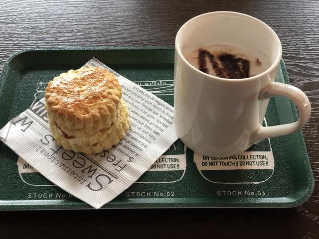 """<p>2019年11月11日にオープンした名張市桜ヶ丘のMOCA's TALEさんにおじゃましてきました!</p> <p></p> <p>そこで、お持ち帰りもできるハンバーグのラタトゥーユ風ご飯を店内でいただきました。</p> <p>とても美味しかったです!</p> <p>こちらは青蓮寺にあるイングルサイドカフェの姉妹店だそうで、そこから作りたてで運ばれてきたスコーンや、ケーキを食後にいただきました。</p> <p></p> <p>こちらでも同じ味がいただけるのは嬉しいですね^ - ^</p> <p>カフェメニューも豊富でした!</p> <p>名張図書館前なので、本を読みながらお茶するのもいいかも!</p> <p></p> <p>ごちそうさまでした(o^^o)</p> <p></p> <div class=""""thumnail post_thumb""""> <h3 class=""""sitetitle""""></h3> </div><div class=""""thumnail post_thumb""""><a href=""""""""><h3 class=""""sitetitle""""></h3><p class=""""description""""></p></a></div> ()"""