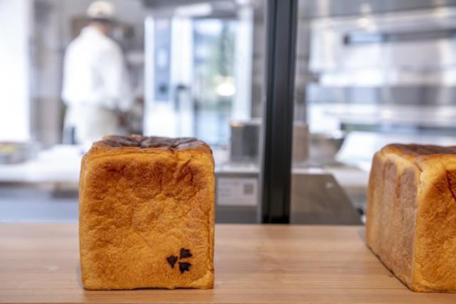 "<div>非接触オーダースタイルパンで話題のパン屋</div> <div>「KAMOGAWA BAKERY 膳所駅前店」2月11日オープン!</div> <div>国産小麦のみを使ったモチモチなベーグル と</div> <div>動物性不使用のあたらしい食パンを販売。。</div> <div>https://www.instagram.com/kamogawabakery_zeze/</div> <div> <blockquote class=""twitter-tweet""> <p lang=""ja"" dir=""ltr"">京都に続いて、2号店を膳所にオープンしました☀️<br /><br />本店と同じく <a href=""https://twitter.com/hashtag/%E5%9B%BD%E7%94%A3%E5%B0%8F%E9%BA%A6?src=hash&ref_src=twsrc%5Etfw"">#国産小麦</a> のみを使ったモチモチな <a href=""https://twitter.com/hashtag/%E3%83%99%E3%83%BC%E3%82%B0%E3%83%AB?src=hash&ref_src=twsrc%5Etfw"">#ベーグル</a> と<a href=""https://twitter.com/hashtag/%E5%8B%95%E7%89%A9%E6%80%A7%E4%B8%8D%E4%BD%BF%E7%94%A8?src=hash&ref_src=twsrc%5Etfw"">#動物性不使用</a> の <a href=""https://twitter.com/hashtag/%E3%81%82%E3%81%9F%E3%82%89%E3%81%97%E3%81%84%E9%A3%9F%E3%83%91%E3%83%B3?src=hash&ref_src=twsrc%5Etfw"">#あたらしい食パン</a><br />を販売いたします🙋♂️<br /><br />商品約80%は <a href=""https://twitter.com/hashtag/%E3%83%97%E3%83%A9%E3%83%B3%E3%83%88%E3%83%99%E3%83%BC%E3%82%B9?src=hash&ref_src=twsrc%5Etfw"">#プラントベース</a> です💁♂️<br /><br />膳所店限定のイートインメニューもお楽しみいただけます😊<a href=""https://twitter.com/hashtag/%E3%83%99%E3%83%BC%E3%82%B0%E3%83%AB%E5%A5%BD%E3%81%8D%E3%81%A8%E7%B9%8B%E3%81%8C%E3%82%8A%E3%81%9F%E3%81%84?src=hash&ref_src=twsrc%5Etfw"">#ベーグル好きと繋がりたい</a> <a href=""https://t.co/arRBbLH5Vu"">pic.twitter.com/arRBbLH5Vu</a></p> — 🦆KAMOGAWA Bakery🥯 (@kamogawabakery) <a href=""https://twitter.com/kamogawabakery/status/1359701655055261696?ref_src=twsrc%5Etfw"">February 11, 2021</a></blockquote> <script async="""" src=""https://platform.twitter.com/widgets.js"" charset=""utf-8""></script> </div> ()"
