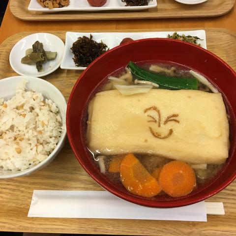 """<p>東京駅キッテの地下一階のお味噌汁のお店。</p> <p>具だくさんのお味噌汁やご飯のお供が選べる定食が食べられます。</p> <p>定食を頼むとしじみエスプレッソが100円で飲めますよ。</p><div class=""""thumnail post_thumb""""><a href=""""""""><h3 class=""""sitetitle""""></h3><p class=""""description""""></p></a></div> ()"""
